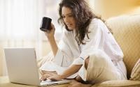 Женщины чаще мужчин покупают и продают в Сети