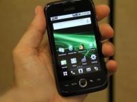"""Продавцы замещают мобильники """"бюджетными"""" смартфонами"""