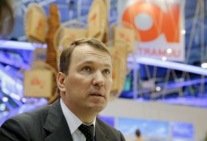 Председатель совета директоров Юлмарта Дмитрий Костыгин дает интервью Рейтер в рамках экономического форума в Санкт-Петербурге. 18 июня 2015 года. Крупный российский частный онлайн-ритейлер Юлмарт по итогам 2015 года увеличил выручку на 4,5 процента до 62,7 миллиарда рублей с НДС, существенно замедлив темпы роста на фоне негативных изменений в экономике, но не отказывается от планов IPO в ближайшем будущем, сообщила компания в пятницу. REUTERS/Maxim Shemetov