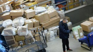 Тысячи посылок застряли на таможне