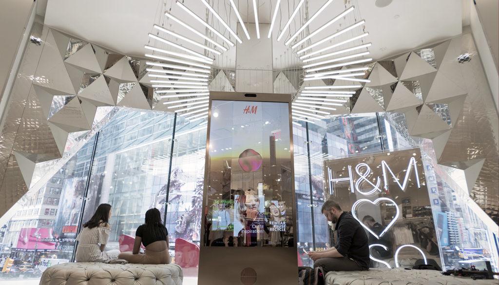 H&M тестирует умное зеркало – интерактивную витрину