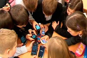 shkolniki-so-smartfonami