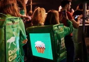 Delivery Club выдал курьерам рюкзаки с экранами