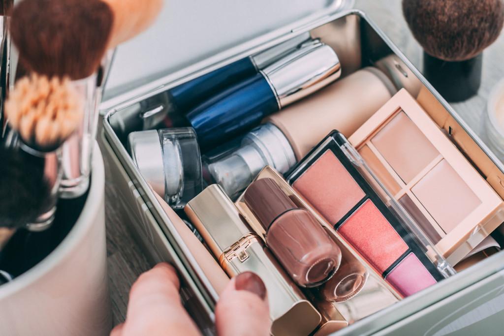 Онлайн не спас продавцов косметики