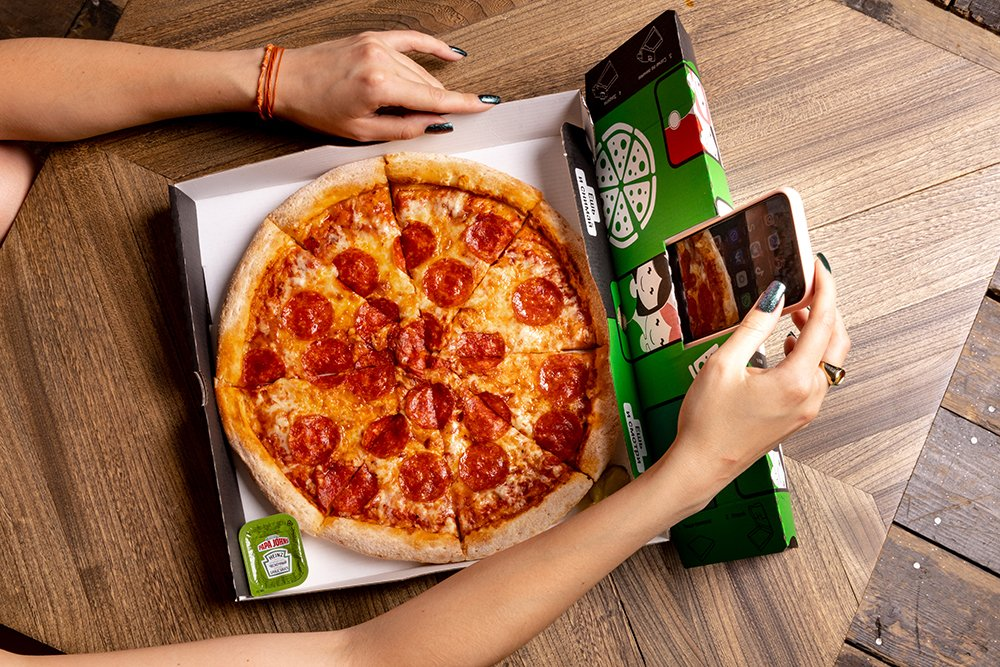 """Delivery Club и """"Папа Джонс"""" запустили совместную акцию по доставке селфи-пиццы"""
