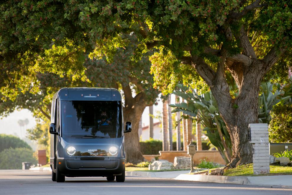 Amazon заказал 100 тыс. электро-фургонов и первые из них уже развозят товары по Лос-Анжелесу (видео)