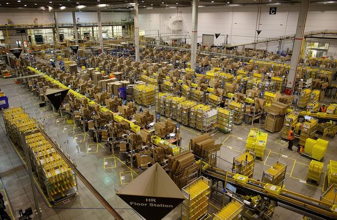 Аmazon водит на складах десятичасовые ночные смены. Работники недовольны
