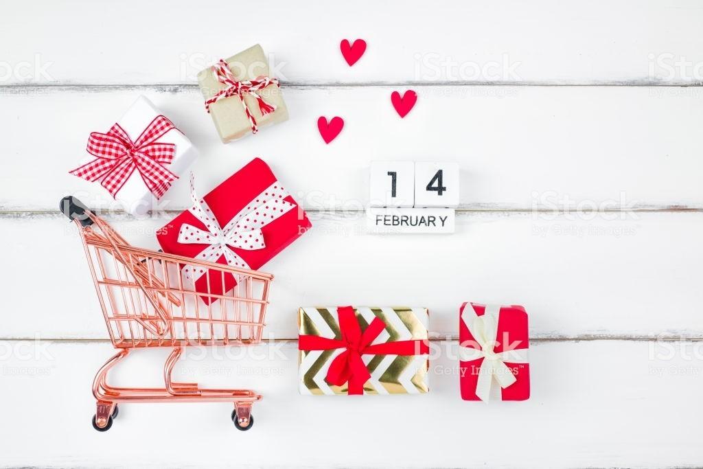 ТОП-10 подарков на 14 февраля: что купят россияне вторым половинам и за сколько