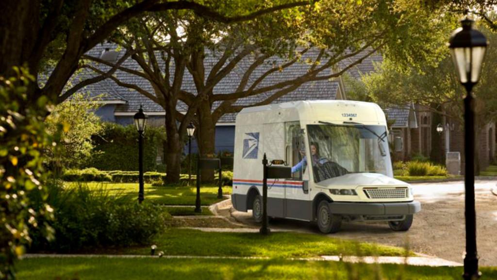Почта США откажется от обычных авто и известных брендов. На чем же они собрались возить посылки?