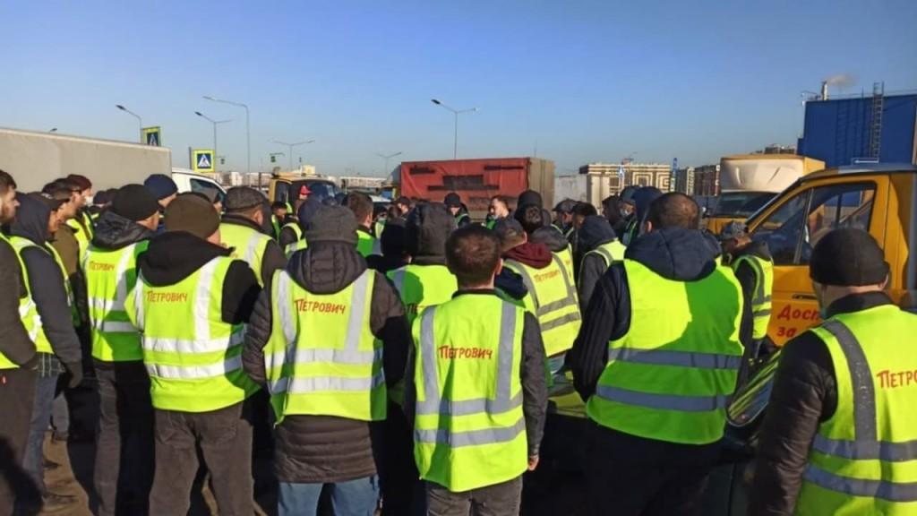 "Водители ""Петровича"" провели забастовку из-за низких тарифов на доставку"