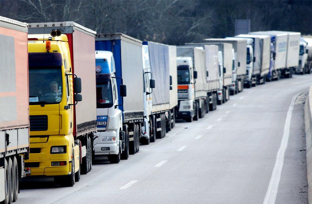 Пропуска для грузовиков в Москве: бизнес считает ущерб и жалуется Мишустину