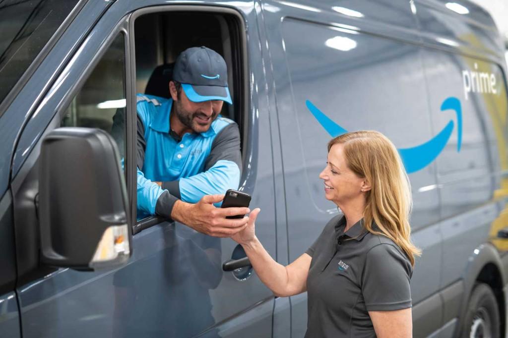 Автокурьер Amazon рассказал о реальных условиях труда в компании