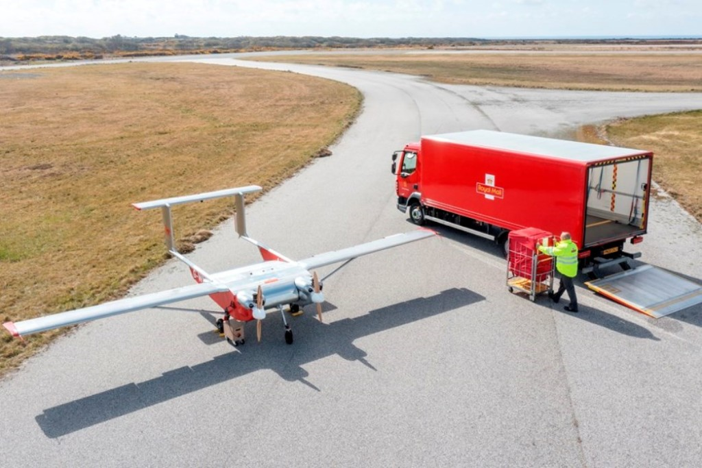 Британская почта отправляет посылки к удаленным островам беспилотниками. Там их перегружают на другие дроны (ВИДЕО)