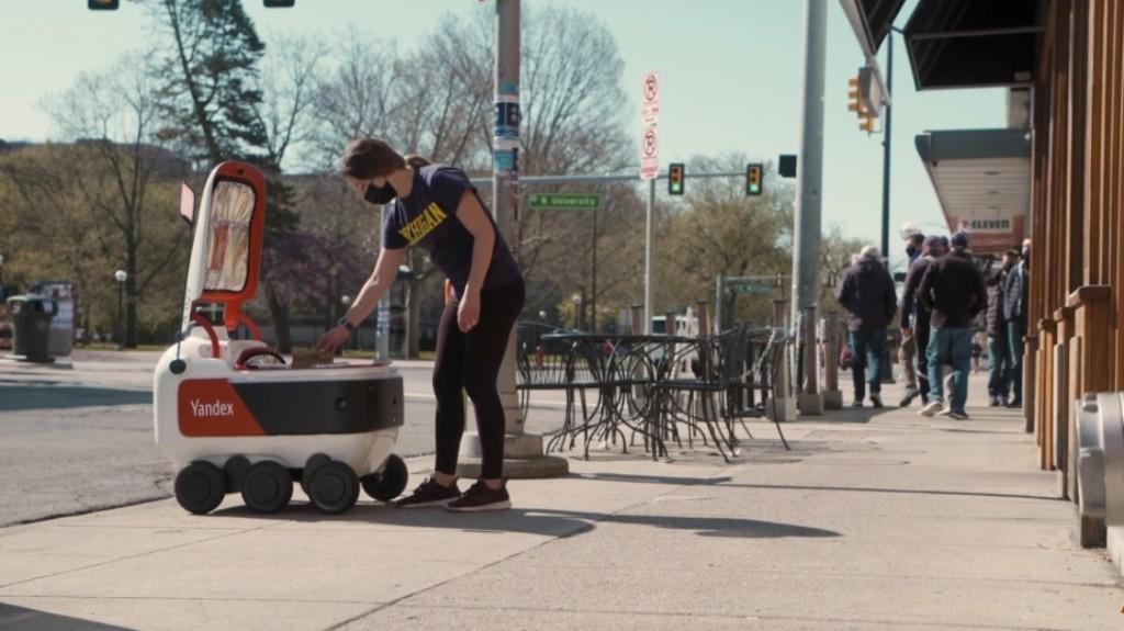 """Роботы """"Яндекса"""" доставят еду американским студентам"""